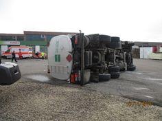 Zu schneller Tanklastzug kippt auf Donauwörther Firmengrundstück um – Fahrer leicht verletzt / Tankkammern halten - Schwaben - Gefahrgutunfall