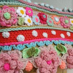 Weer een tas af, met lekker veel #byclairesparkle wat is dat toch leuk garen! Fijn weekend!  #happycolors…
