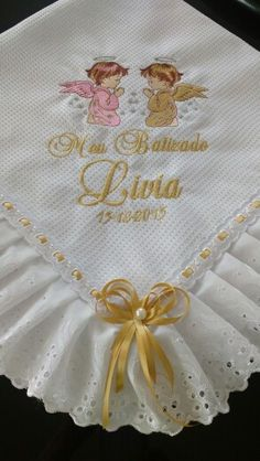 Manta para batizado Nursery Crafts, Baby Crafts, Diy And Crafts, Machine Embroidery Patterns, Embroidery Designs, Sewing Patterns, Baby Blanket Crochet, Crochet Baby, Baby Dress Clothes