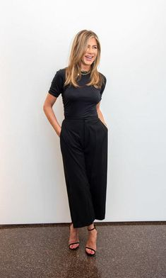 Once more, the actress shares the best formula to look fabulous day and night. Look at the most basic fashion that must be in your closet. Jennifer Aniston Pictures, Jennifer Aniston Style, Jenifer Aniston, Cute Casual Dresses, Lauren London, Total Black, Glamour, City Style, Personal Stylist