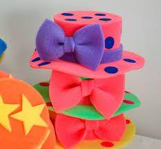 Resultado de imagen para sombreros locos para fiestas Crazy Hat Day, Crazy Hats, Diy And Crafts, Crafts For Kids, Arts And Crafts, Mini Craft, Ideas Para Fiestas, Circus Party, 2nd Birthday Parties