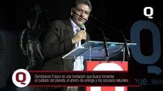 Recibiendo el premio a la excelencia por Revista Q, Mauricio Soto, Presidente de la Fundación Sembrando Futuro, expresa la misión de su organización y las preocupaciones hacia el medio ambiente y un futuro digno para las personas.