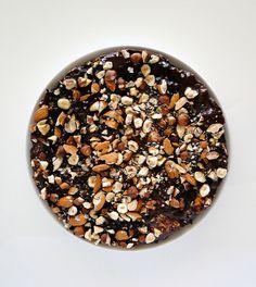 Δροσερό, ανάλαφρο, γευστικότατο γλυκό ψυγείου με μπισκότα, σοκολάτα και ξηρούς καρπούς. Ένα λαχταριστό γλύκισμα με 5 μόνο υλικά που δεν απαιτεί ψήσιμο. Μια εύκολη συνταγή (από εδώ) για το απόλυτο γλυκό που θα γίνει το