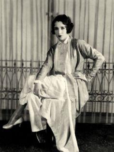 Bebe Daniels, née Phyllis Daniels le 14 janvier 1901 à Dallas au Texas. Hollywood Fashion, Vintage Hollywood, Hollywood Style, Silent Film Stars, Movie Stars, Bebe Daniels, Harold Lloyd, Vintage Beauty, Statue