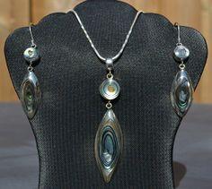 Unieke zilveren set met prachtige edelsteen uit Peru.  http://www.dczilverjuwelier.nl/edelstenen-sieraden/edelstenen-sieraden-sets/zilveren-hanger-oorbellen-12434