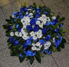 Smútočný veniec limonka  rásny mnohokvetý okrúhly veniec z Limonie modrých ruží a Chryzantém . Priemer venca volitelný .  Základná cena 70 cm. Cena je vrátane doručenia v Bratislave na adresu bytovú ako aj na cintorín V cene je aj smútočná stuha s textom podla Vášho želania.  #limonka #smútočný #veniec #wreath #funeral #blue #roses #modré #ruže #limonie #chryzantémy #živý Funeral, Plants, Plant, Planets