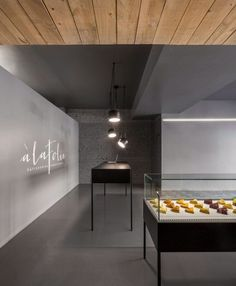 Built by Atelier Moderno,Anne Sophie Goneau in Montréal, Canada with date Images by Stéphane Groleau. The design of the new address of the patisserie À La Folie aims to defy all typecasts of the conventional pastry shop. Patisserie Design, Interior Design Blogs, Deco Design, Cafe Design, Blog Design, Design Ideas, Commercial Design, Commercial Interiors, Vitrine Design