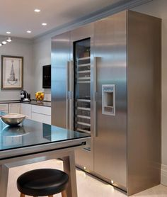 The metallic finish of the bulthaup b2 workbench is reflected in the Gaggenau fridge, freezer and wine cooler.