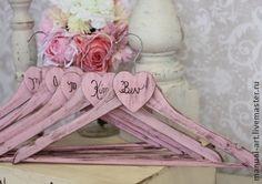 Свадебная вешалка `Свадьба в розовом`. Для невесты всё является важным в день её свадьбы. Каждая девушка мечтает о том, чтобы свадьба была идеальной и готовится  к ней с особой тщательностью. Подбор платья, фаты, аксессуаров, пригласительных  -  здесь всё…