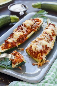 Gefüllte Zucchini Schiffchen mit Hackfleisch | Das einfache Rezept aus dem Ofen. Ein leckeres 45 Minuten Ofengericht für die ganze Familie. Geschmacklich angelehnt an die Zucchini Lasagne, die mir oftmals zu mühselig ist. | #zucchini #zucchini  #zucchinischiffchen #ofengerichte #hackfleisch #lowcarb #selbstgemacht #rezept #einfachkochen  | emmikochteinfach.de