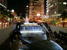 Romantic dates in Seoul: Cheonggyecheon at night    ** SO close to my home in Seoul!!