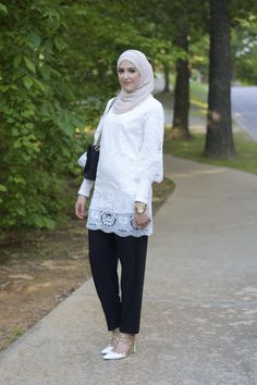 5 Tips for Choosing your Hijabi Graduation Outfit Hijab Casual, Hijab Chic, Turkish Fashion, Islamic Fashion, Abaya Fashion, Fashion Pants, Mode Turban, Hijab Jeans, Hijab Style Tutorial