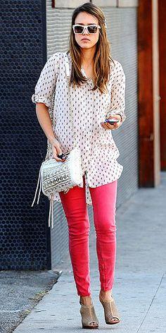 Jessica Alba novamente lidera o ranking de estilo no MKF e nos sites de estilo.  Uma calça pink + blusa soltinha + acessórios (óculos, bolsa chiquérrima e sapato) tudo compõe um verdadeiro look incrível.  http://www.facebook.com/mykeepfashion