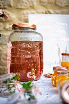 """Distributeur à boissons rose gold Cette grande fontaine à boissons est en verre transparent, le couvercle et le robinet sont de couleur rose gold. D'une contenance de 8 litres, elle sera idéale pour un mariage, un anniversaire ou un baptême, placez cette bonbonne à jus ou à limonade sur une jolie table décorée pour rafraîchir vos convives. Pensez à ajouter une pancarte """"Servez-vous"""" ou une jolie ardoise pour indiquer la saveur à vos invités."""