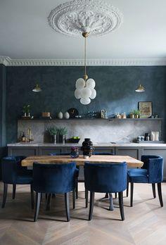 Скандинавский дизайн особенно хорош в глубоких тёмных оттенках — доказано на примере этой великолепной квартиры в старом доме в Осло. Дизайнеры не постеснялись покрасить классическую лепнину в гостиной в смелые цвета, а стены в кухне выполнены в глубоком синем цвете. Нужно отметить, что данный интерьер наполнен изысканной мебелью, светом и предметами декора от лучших скандинавских... Decor, Interior, Interior Inspiration, Dining Room Design, Kitchen Decor, Home Decor, House Interior, Dining Room Decor, Gorgeous Apartment