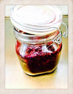 Blåbärssylt med chiafrön.            Blueberry jam with chia seeds