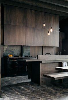 cuisine en bois foncé, lustre suspendu, meuble industriel, cuisine