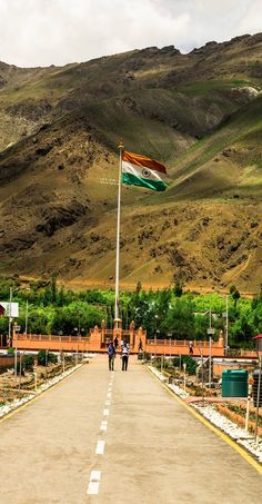 Indian Flag at Dras War Memorial. This memorial was built in the memory of the Indian soldiers and officers of Army who died in 1999 India-Pakistan Kargil War Happy Independence Day India, Independence Day Background, Independence Day Images, Indian Flag Wallpaper, Indian Army Wallpapers, India Republic Day Images, National Flag India, National Guard, Indian Flag Photos