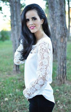 Thaís Nogueira com linda blusa branca com detalhes de renda na manda e colo.
