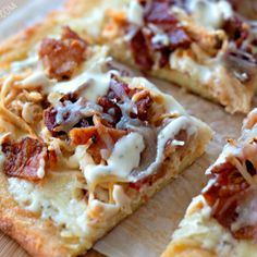 Keto Chicken Bacon Ranch Pizza Check out the Mom Needs Chocolate Shop! Eating low carb but missing pizza? This Keto Chicken Bacon Ranch Pizza will cal Chicken Bacon Ranch Pizza, Bacon Pizza, Keto Chicken, Toast Pizza, Pizza Recipes, Low Carb Recipes, Cooking Recipes, Healthy Recipes, Whole30 Recipes