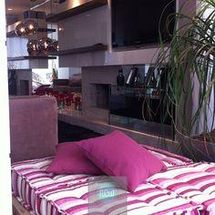 Este apartamento feminino teve sua sacada ampliada com a sala de estar. E…