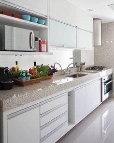 Cozinha branca e super charmosa {} O espelho acima da bancada é um ótimo artifício especialmente para cozinhas estreitas { Projeto Babi Teixeira }