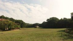Op 25 km van de Ligurische rivièra, in een dominante en zonnige positie bevindt zich deze ruime, typisch Italiaanse plattelandswoning van maar liefst 800 m2, omgeven door 150 000 m2 terrein (velden en bossen). Ideaal voor de creatie van een toeristische activiteit gezien zijn enerzijds rustige positie en anderzijds de vlotte bereikbaarheid van de kust. Vraagprijs : 650 000 euro.  Mail ons voor meer informatie : info@huizenjacht-italie.com Website : http://www.huizenjacht-italie.com
