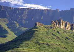Drakensberg mountains in South Africa. South Afrika, The Beautiful Country, Beautiful Places, Beautiful Scenery, Namibia, Kwazulu Natal, Victoria Falls, Out Of Africa, Countries Of The World