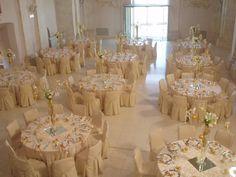 La navata di Castello degli Angeli ospita un ricevimento di nozze color oro. #goldenwedding #luxury #castle www.castellodegliangeli.com