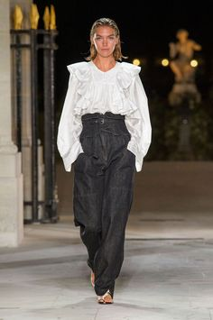 Indian Fashion Tips A look from the Isabel Marant spring 2017 show.Indian Fashion Tips A look from the Isabel Marant spring 2017 show. Moda Instagram, Isabel Marant, Fashion 2020, Fashion Show, Fashion Tips, Fashion Trends, Paris Fashion, Fashion Weeks, Fashion Fashion