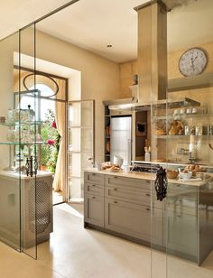 If the 'Belle Maison' kitchen went modern. Fullana/Ferragut residence in Mallorca, Spain. Kitchen Interior, New Kitchen, Kitchen Decor, Summer Kitchen, Glass Kitchen, Kitchen Ideas, Country Kitchen, Warm Kitchen, Neutral Kitchen