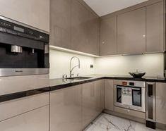 Glamour w hotelowym szyku. - Mała otwarta kuchnia w kształcie litery l, styl minimalistyczny - zdjęcie od Wnętrzowe Love