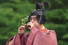 篳篥 A man dressed in kariginu