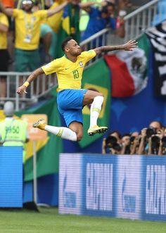 Brazil vs Mexico - World Cup 2018 Brazil Football Team, National Football Teams, Neymar Jr Wallpapers, Mexico World Cup, Cristiano Ronaldo Juventus, Football Players, Poses, Messi, Sexy Men