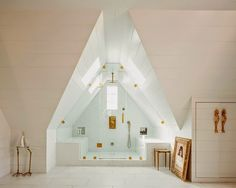 La casa perfecta con el baño abuhardillado perfecto (blanco y dorado) · The perfect home with the perfect white