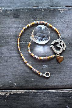Hang deze zonnebol voor het raam, en de chi zal weer gaan stromen in huis. Zonnestralen die via dit kristal van wel 30 millimeter doorsnede de kamer binnenkomen, veranderen in alle kleuren van de regenboog. Door alle facetgeslepen vlakjes zal het licht dansen in de kamer en hem daarmee vullen met energie.  De bol hangt aan een ketting van goud- en zilverkleurige kralen die onderbroken wordt door het aum-teken: de moeder van alle mantra's die staat voor kosmisch bewustzijn. Het hartje zorgt…