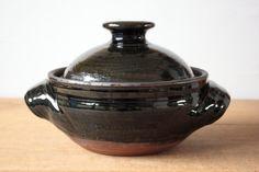 お鍋のサイズ感としては3-4人ほどの大きさ、炊飯としては3-4合炊きほどでしょうか。 奥行きのあるまゆみ窯の呉須釉は、木々や湖の自然の緑みを思い浮かべる美しく飽きのこない色合いです。 持ち手が持ち易い上に、隣のコンロを邪魔しない計算尽くされた大きさと形状は、用の美を追求しているまゆみ窯ならではです。  土鍋も洋土鍋も形状の違いで用途としては変わりありません。 どちらも日本的な土鍋の使い方として水炊きをしたりトマト鍋や酒粕鍋、チゲ鍋などバリエーション豊かなお鍋にお使い頂けますし、お米を炊いたりまたルクルーゼなどと同じように鶏と野菜の蒸し料理などにもお使い頂けます。  まゆみ窯の土鍋は内側が焦げ付きにくく、お料理のしみ付きが目立たないのでお手入れも簡単です。