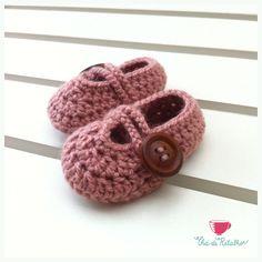 baby crochet Crochet Diy, Crochet Boots, Crochet Slippers, Learn To Crochet, Crochet Clothes, Yarn Projects, Diy Craft Projects, Crochet Projects, Crafts