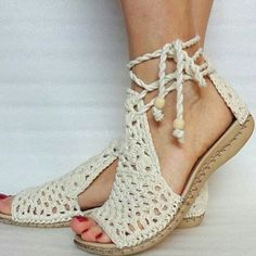The picture may contain: sandalen shoes - Knitting Ideas Crochet Sandals, Crochet Boots, Crochet Slippers, Crochet Clothes, Crochet Shoes Pattern, Shoe Pattern, Cute Shoes, Me Too Shoes, Pretty Shoes