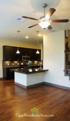 Lujosos acabados: pisos de madera, encimeras de granito y excelente iluminación. #Decoración #Interiores #Hogar #Casas