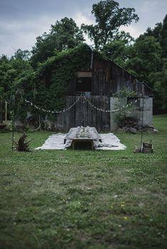 Vita lammskinn istället för stolar på trädgårdsfest.