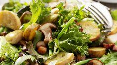 Schmeckt im Herbst ganz besonders: Herbstsalat mit gebratenen Pilzen | http://eatsmarter.de/rezepte/herbstsalat-mit-gebratenen-pilzen