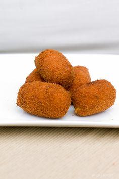 Zoete aardappelkroketjes maak je makkelijk zelf. Lekker bij eend, kip, wild of gewoon als hapje bij de borrel. Als tapas kan ook.