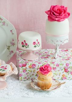 Inspired by french rose pattern: little dessert table with painted cookies and mini cakes Pretty Cakes, Beautiful Cakes, Amazing Cakes, Cake Roses, Rose Cake, Cupcakes, Cupcake Cookies, Mini Desserts, Sweetly Cake