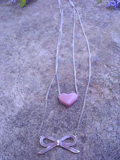 colar com laço e coração de resina rosa  antigo e corrente comprida prata.
