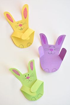 These handprint bunnies are SO CUTE and theyre so easy to make! This is such a simple construction paper craft and a gr Easter Arts And Crafts, Bunny Crafts, Paper Crafts For Kids, Spring Crafts, Felt Crafts, Paper Flowers For Kids, Paper Flower Wreaths, Paper Bunny, Paper Daisy