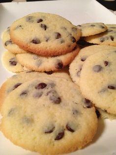 J'adore les cookies ! Voici une recette Marmiton que j'ai un peu allégé pour 30 cookies 3 pp les 2 cookies (weight watchers) -100 g de beurre à 41 % (demi-sel pour moi, mais je suis Bretonne ...) -175 g de farine -100 g de sucre -100 g de pépites de chocolat...