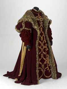 I like the badass heaviness of this costume and its general feel matches the aesthetic I'm going for, epecially in the sleeves. Costume for Alfonso d'Este in Donizetti's opera Lucrezia Borgia, for the Royal Opera in 1980 ~ design by Michael Stennet Historical Costume, Historical Clothing, Vintage Outfits, Vintage Fashion, Larp, Costume Renaissance, Renaissance Era, Renaissance Clothing, Tudor Fashion