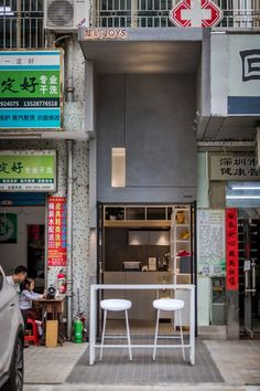 Chinese studio Onexn Architects has squeezed Joys cafe into a space less than 2.6 metres wide in a street in Shenzhen, which used to house an air conditioner repair shop. Chief Architect, Architect Design, Retractable Ladder, Wooden Box Shelves, Cafe Counter, Pocket Park, Construction Firm, Community Space, Ceiling Installation