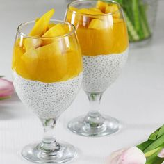 Pudding chia z mango. Chia pudding with mango and mascarpone. Mango, Chia Pudding, Hurricane Glass, Easy Cooking, Coca Cola, Alcoholic Drinks, Healthy Living, Food And Drink, Tableware